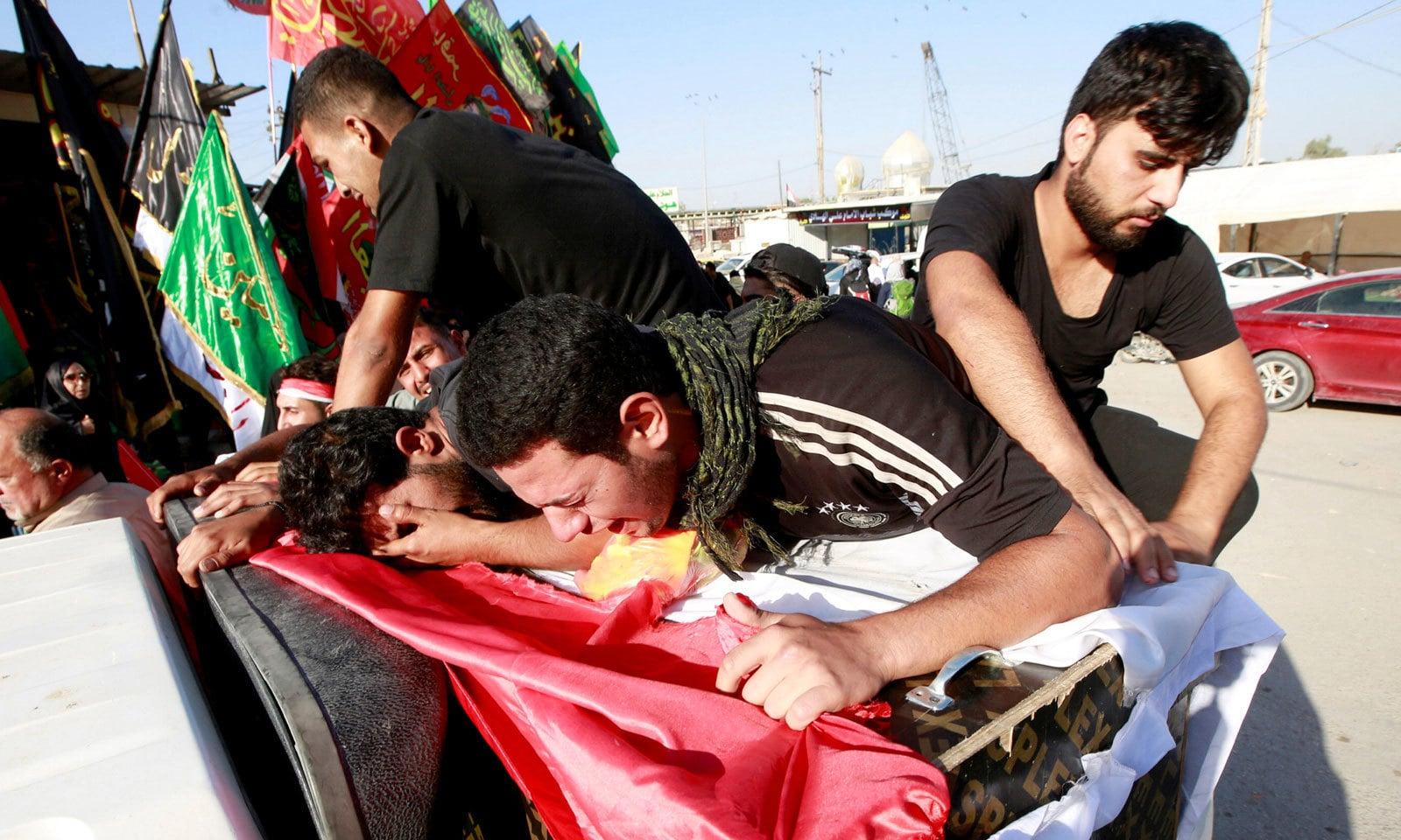 مظاہروں کے دوران تصام سے ہلاک ہونے والے ایک شخص کے عزیز صدمے سے رو رہے ہیں — فوٹو: رائٹرز