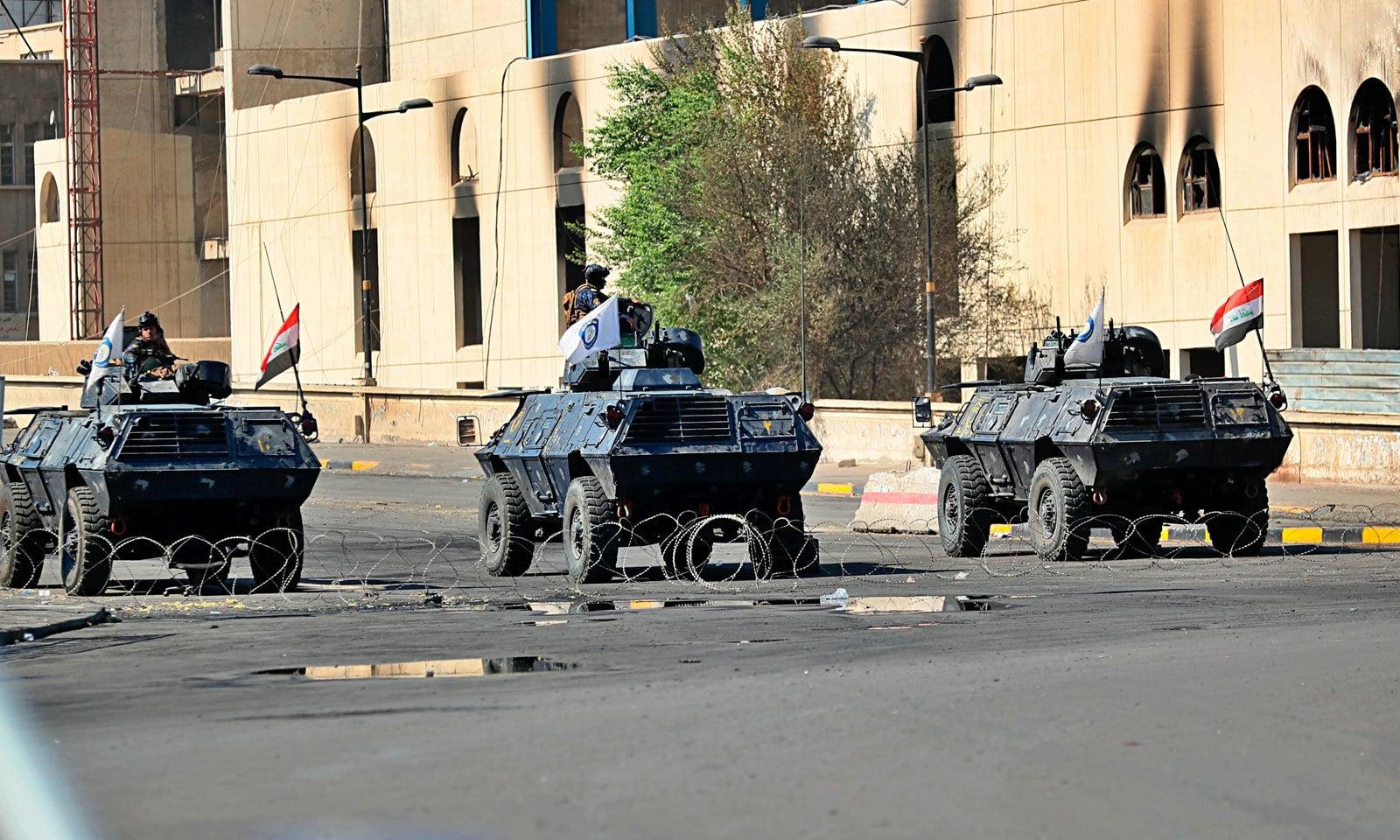 بغداد کے تحریر اسکوائر پر مظاہرین کو آگے بڑھنے سے روکنے کیلئے سیکیورٹی فورسز نے سڑک بند کر رکھی ہے — فوٹو: اے پی
