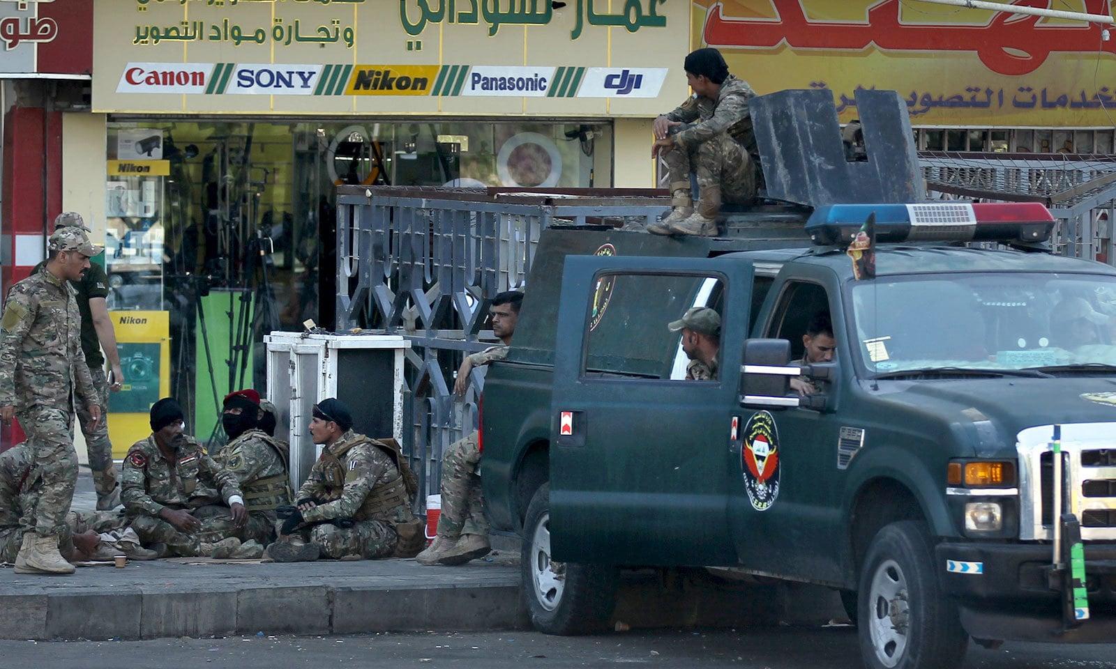 تحریر اسکوائر پر مظاہرین سے نبرد آزما ہونے کیلئے فورسز کے اہلکار جمع ہیں — فوٹو: اے ایف پی