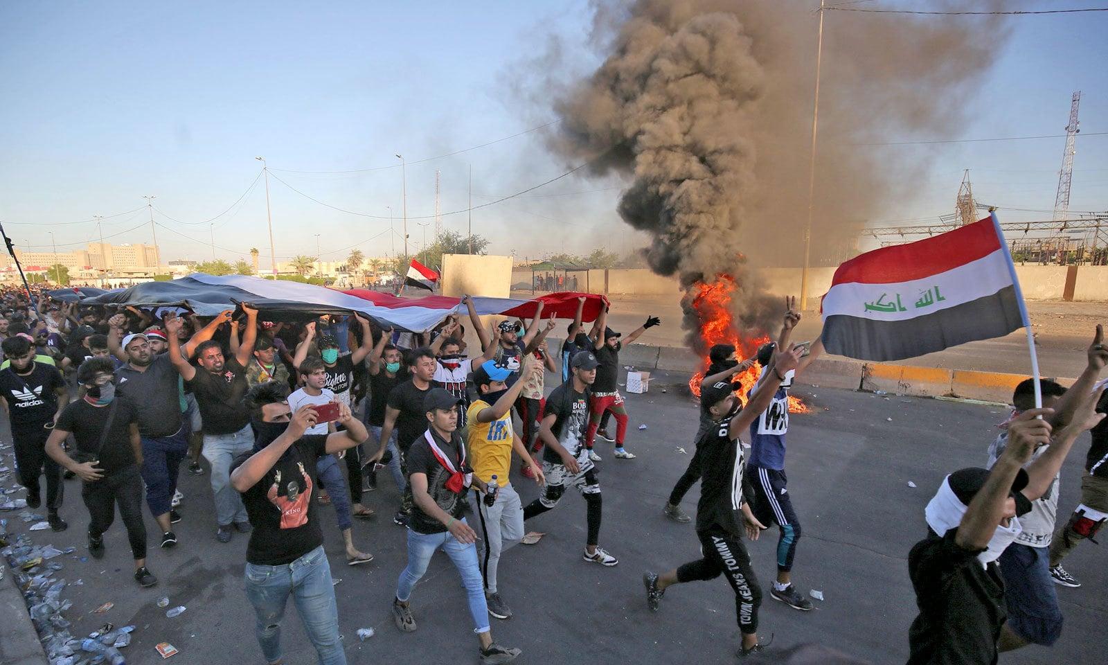 بے روزگاری، کرپشن کےخلاف اور حکومت کی تبدیلی کے مطالبے پر شروع ہونے والے احتجاج میں شدت آگئی ہے — فوٹو: اے ایف پی