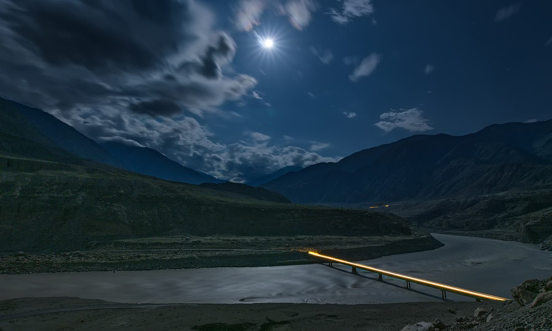 استور میں دریائے سندھ پر بنا پل اور چاند کی روشنی