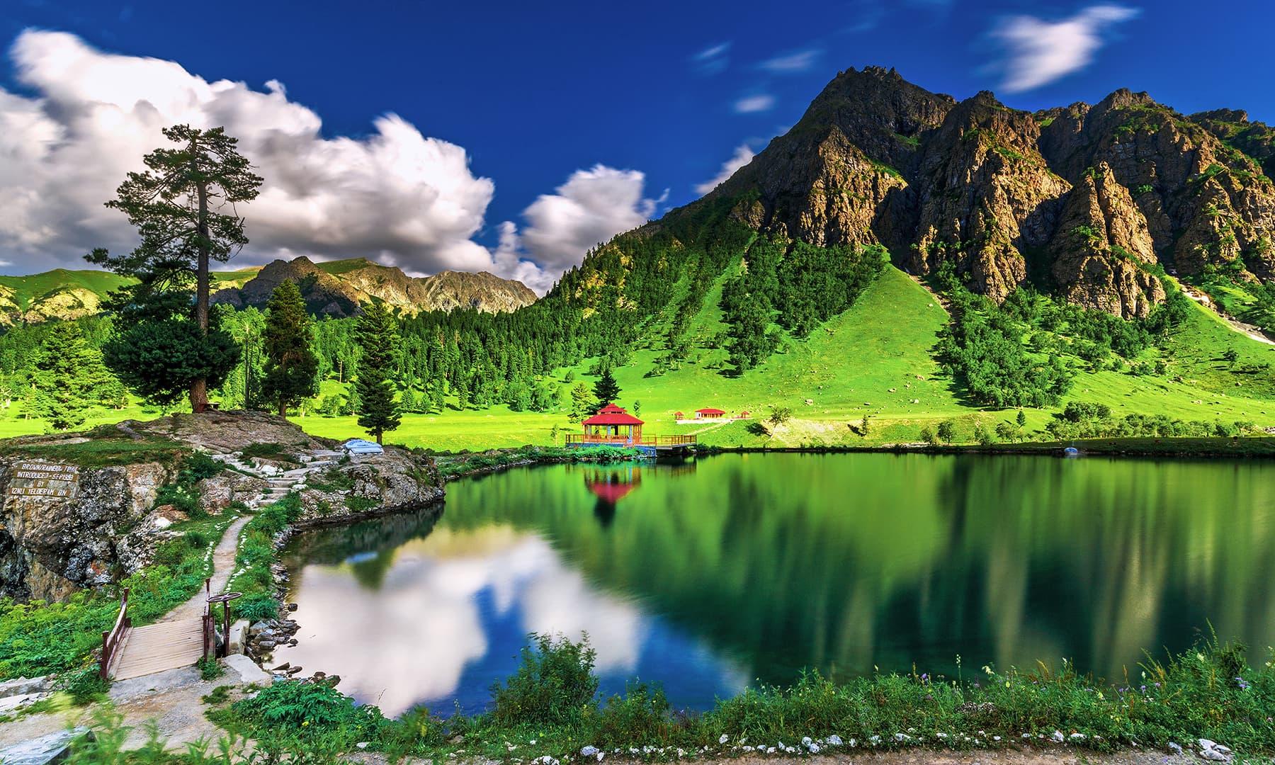رینبو جھیل اور فطرت کے رنگ