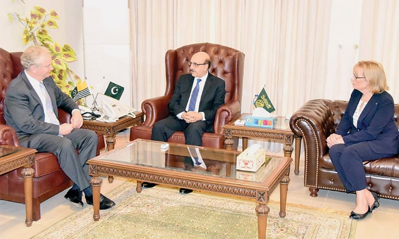 MUZAFFARABAD: AJK President Masood Khan meets a delegation of the US Congress, comprising Senators Christopher J. Van Hollen and Margaret C. Hassan, on Sunday.—INP