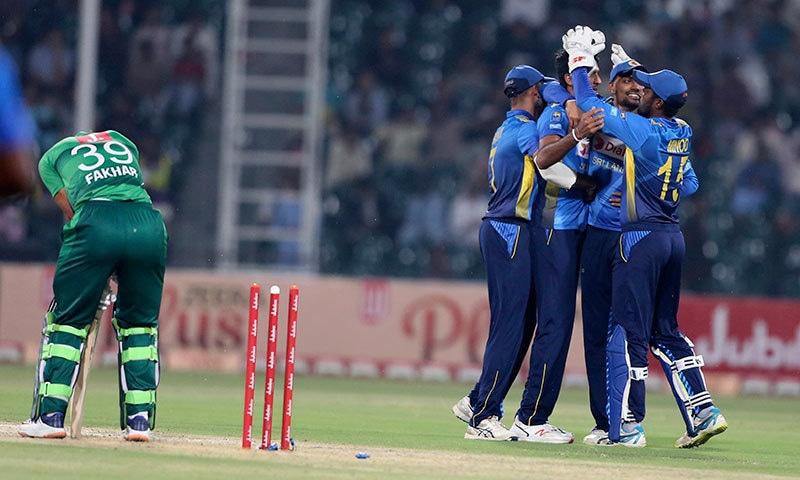 سری لنکن ٹیم فخر زمان کو آؤٹ کر کے جشن منا رہی ہے— فوٹو: اے پی