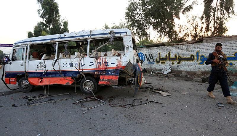 گورنر کے ترجمان کے مطابق بم ایک موٹرسائیکل میں نصب کیا گیا تھا اور وہاں سے گزرنے والی بس نشانہ بنی — فوٹو: رائٹرز