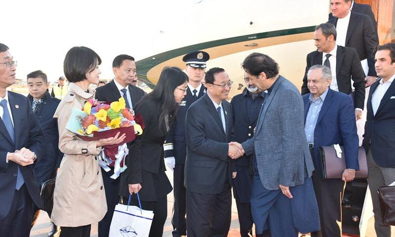 وزیراعظم کا استقبال چین کے وزیر ثقافت نے کیا — فوٹو: حکومت پاکستان