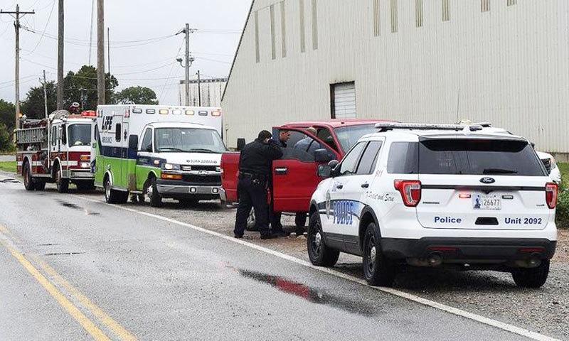 پولیس و ریسکیو اہلکاروں نے پہنچ کر ہتھیار تحویل میں لیا —فوٹو: انڈن نیوز