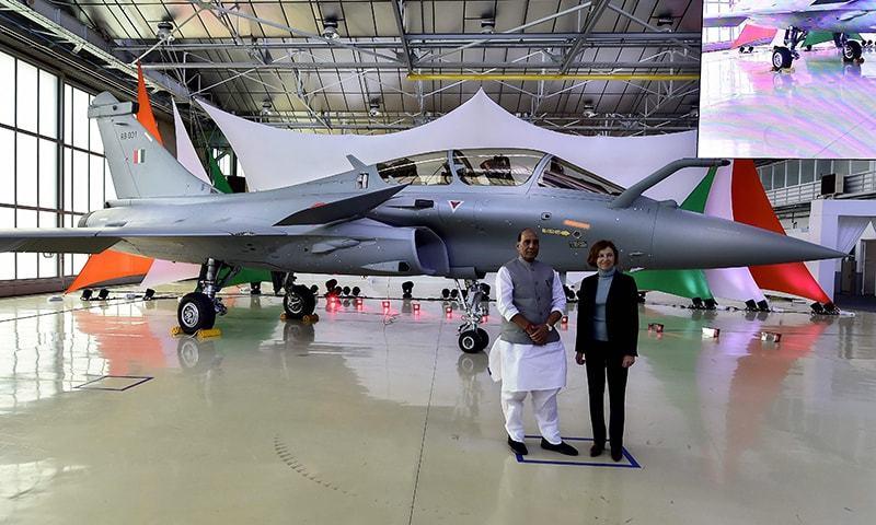 بھارتی وزیردفاع راج ناتھ سنگھ کو فرانس میں ایک تقریب میں طیارہ دے دیا گیا—فوٹو:اے ایف پی