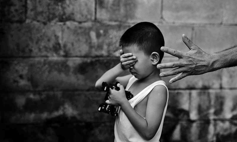 ملزم مبینہ طور پر متاثرہ لڑکے کو اس کی سالگرہ منانے کے لیے ایک کرائے گھر میں لے کرگیا تھا — تصویر: شٹر اسٹاک