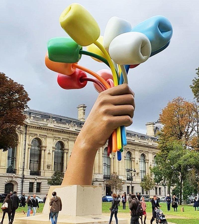 پیرس کی میئر سمیت کئی اہم شخصیات نے مجسمے کی تعریف کی—فوٹو: ٹوئٹر