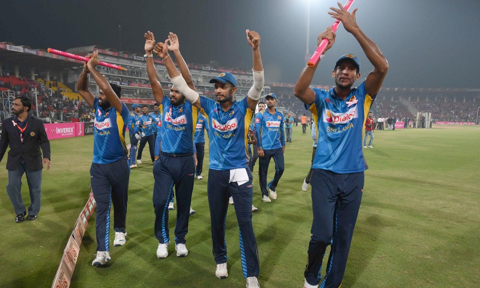 میچ کے بعد سری لنکن ٹیم نے میدان کا چکر لگایا اور سپورٹ کرنے پر شائقین کا شکریہ ادا کیا— فوٹو: اے ایف پی