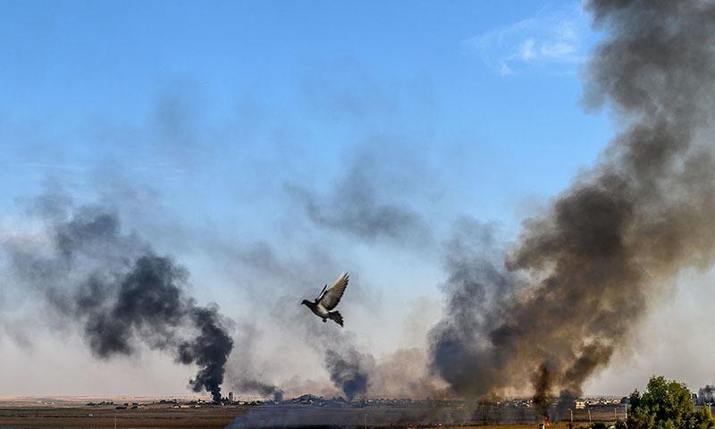 شام کے علاقے تل ابیاد میں ترک فضائی حملوں کے بعد دھواں اٹھتے دیکھا جاسکتا ہے — فوٹو: اے ایف پی