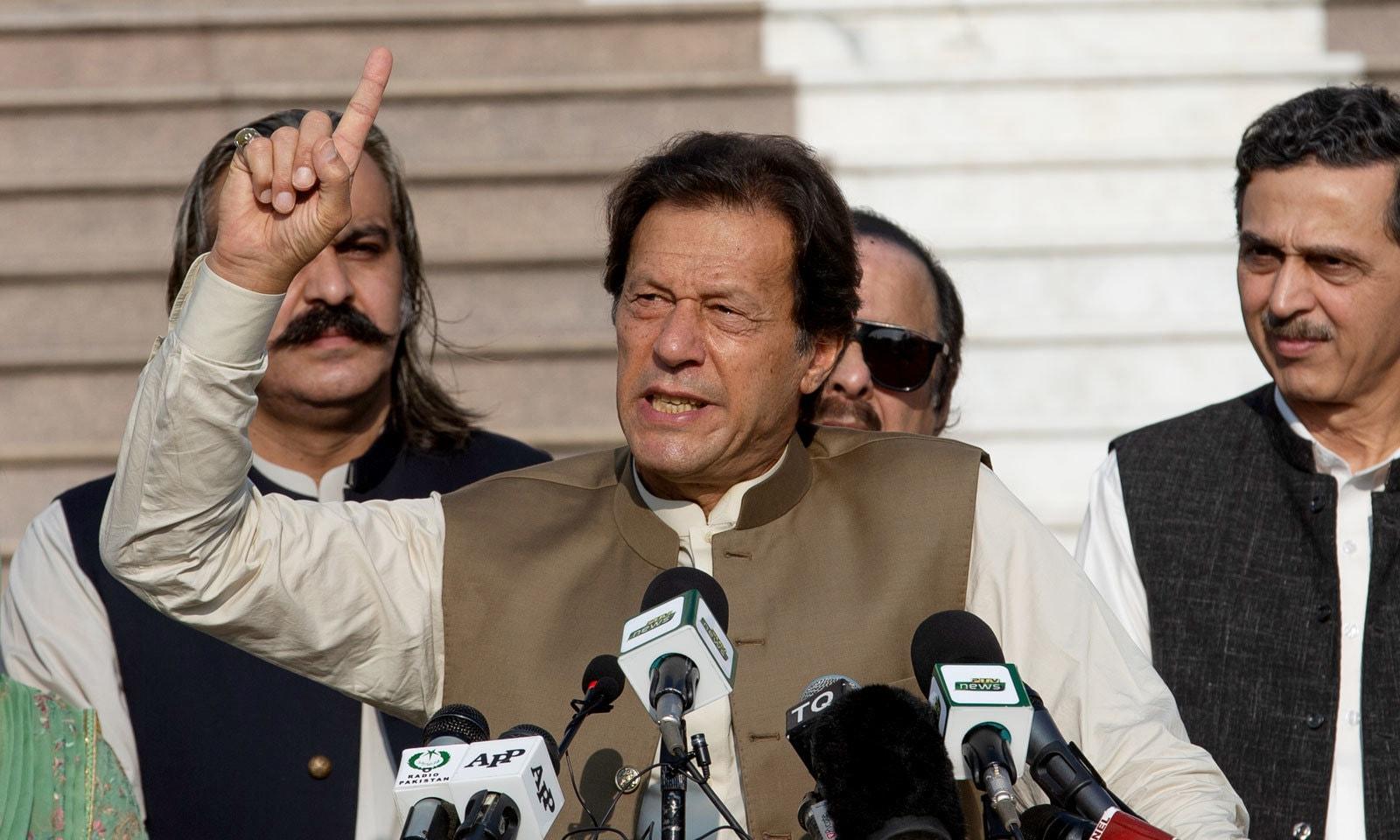 وزیر اعظم نے انسانی ہاتھوں کی زنجیر بنانے کے موقع پر موجود شرکا سے خطاب کیا — فوٹو: اے پی