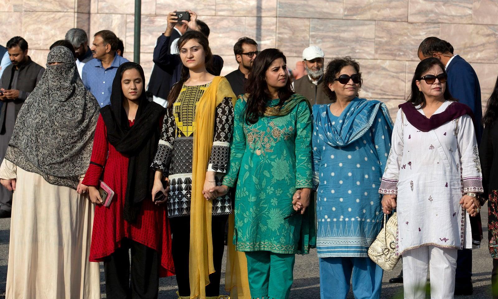 کشمیریوں سے اظہار یکجہتی کیلئے خاتون سرکاری افسران نے بھی ہاتھوں کی زنجیر بنائی — فوٹو: اے پی