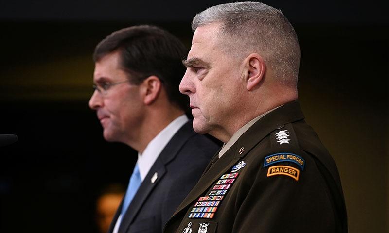 امریکا کے سیکریٹری دفاع مارک ایسپر جنرل مارک ملی کے ہمراہ پینٹاگون میں میڈیا کو بریفنگ دے رہے ہیں — فوٹو: رائٹرز
