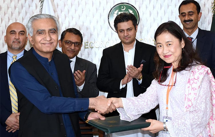 ISLAMABAD: Economic Affairs Division secretary Noor Ahmed and Asian Development Bank Country Director Xiaohong Yang exchange documents after signing a loan agreement between Pakistan and the ADB. Minister for Economic Affairs Hammad Azhar witnessed the ceremony.—APP