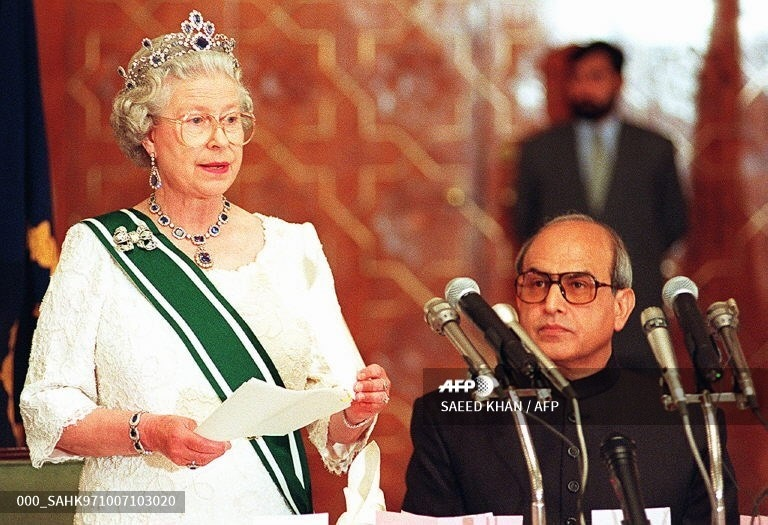 Queen Elizabeth II speaks at a banquet hosted by the President Farooq Leghari (R) in her honour at the presidency in Islamabad on October 7, 1997.