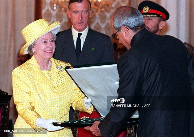Queen Elizabeth II receives highest Pakistani civil award 'Nishan-i-Pakistan' from President Farooq Leghari during the award-giving ceremony at the presidency in Islamabad, October 7, 1997.