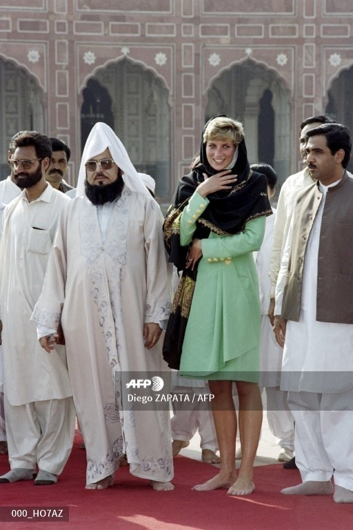 The Princess of Wales poses with the imam of the Badshahi Mosque as she visits the Badshahi Mosque on September 27, 1991.