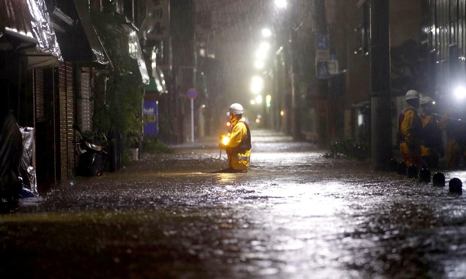 شدید بارش اور طوفان کے بعد سڑک کسی ندی کا منظر پیش کر رہی ہے — فوٹو: رائٹرز