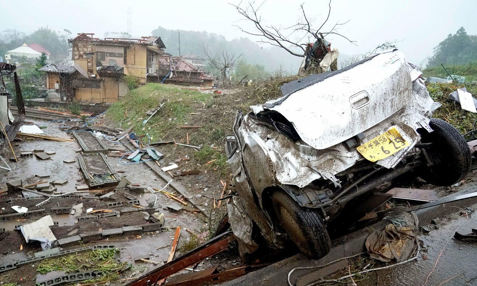 مشرقی ٹوکیو میں سیلابی صورتحال سے گھروں کو شدید نقصان پہنچا — فوٹو: اے پی