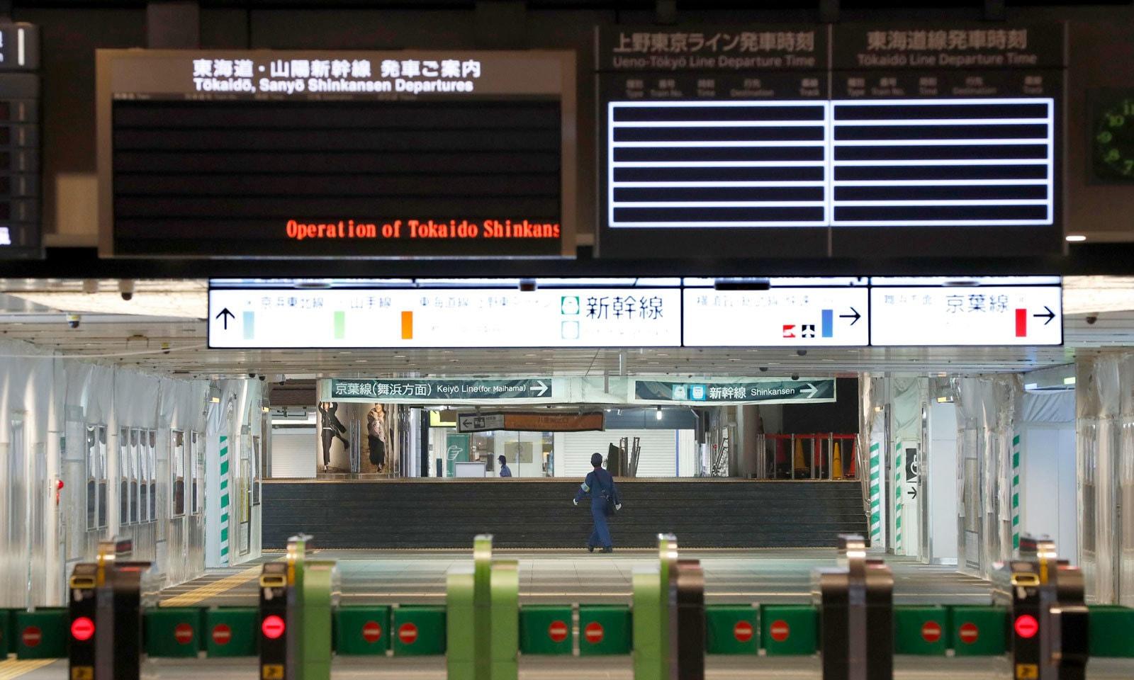 طوفان کے باعث ٹوکیو اسٹیشن سنسان نظر آرہا ہے — فوٹو: اے پی