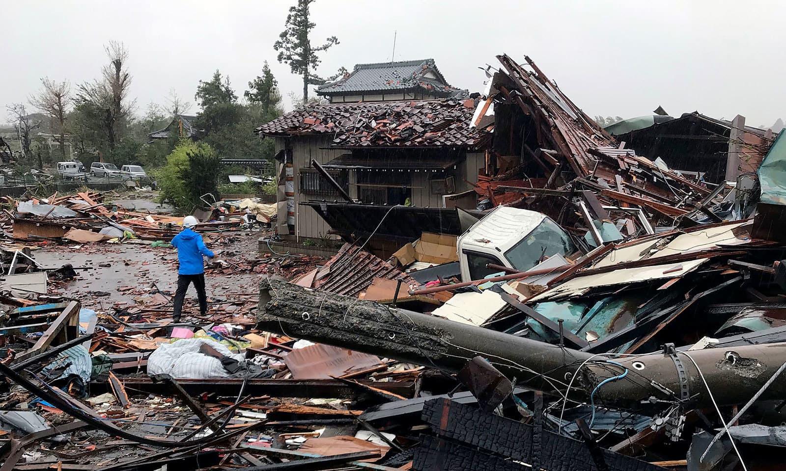 مشرقی ٹوکیو میں سیلابی صورتحال سے گھروں کو شدید نقصان پہنچا — فوٹو: اے ایف پی