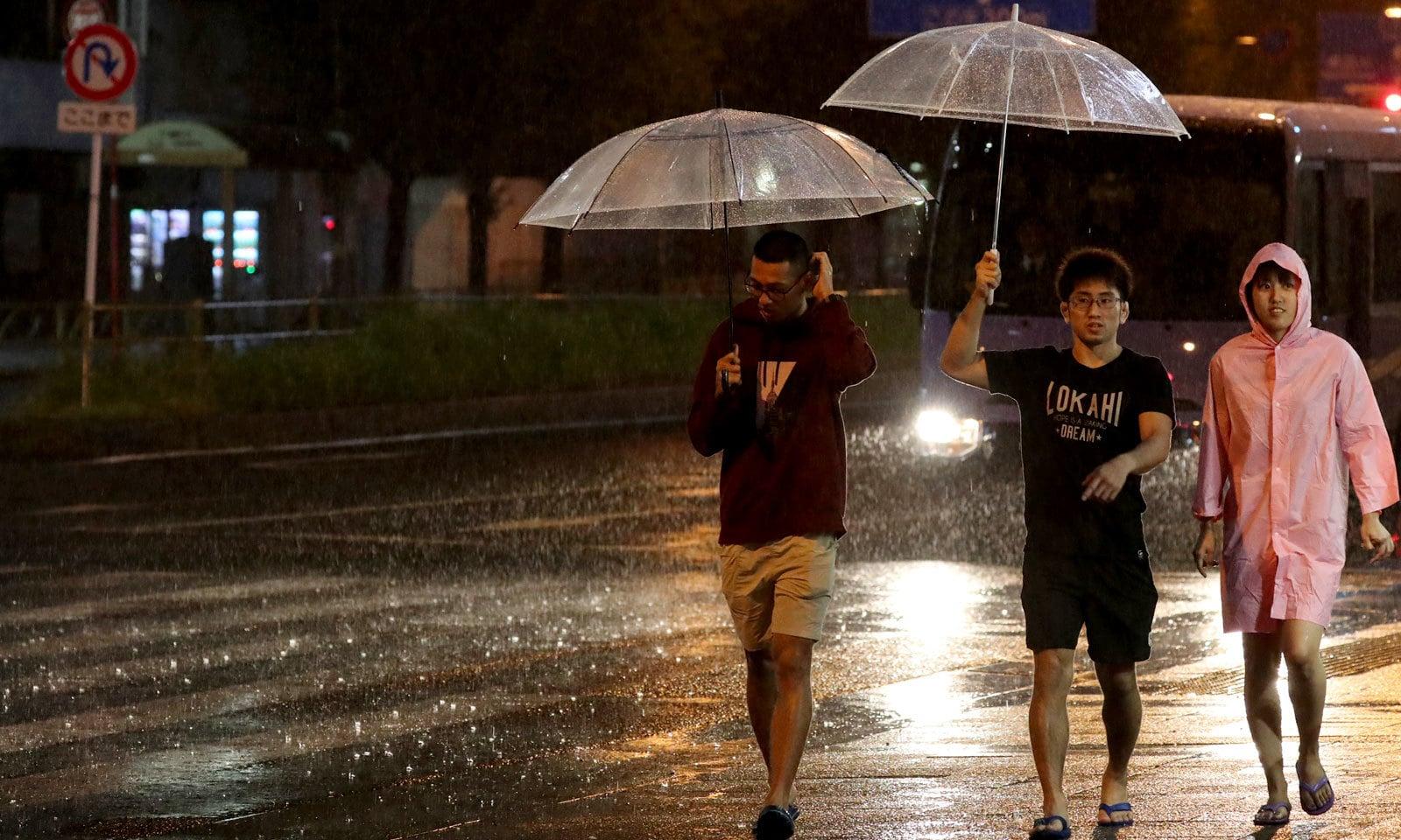 طوفان کے باعث دو لاکھ افراد بجلی سے محروم ہو چکے ہیں — فوٹو: رائٹرز