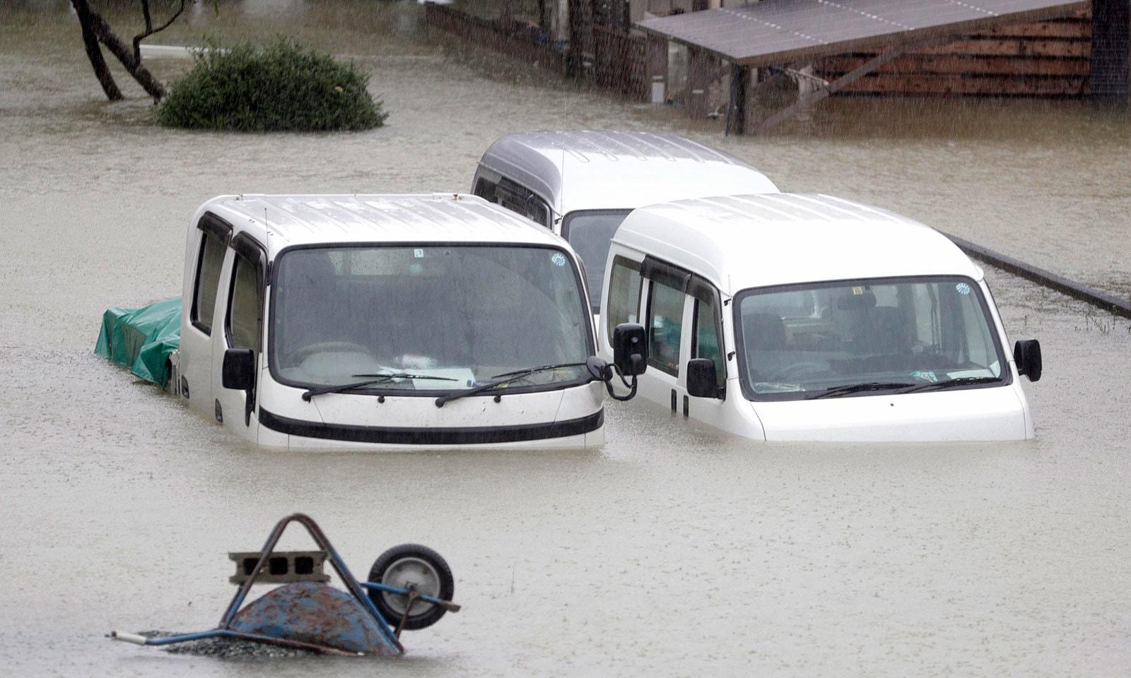 شدید بارشوں اور طوفان کے بعد سڑکوں پر کئی فٹ پانی جمع ہو گیا — فوٹو: اے پی