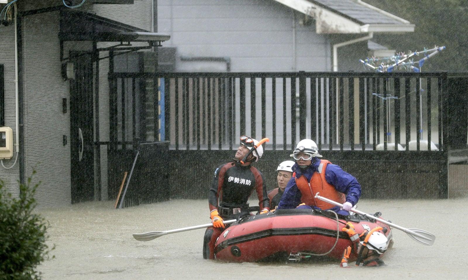 ساحلی علاقوں سے 8 لاکھ افراد کو نقل مکانی کی ہدایت کی گئی ہے — فوٹو: رائٹرز