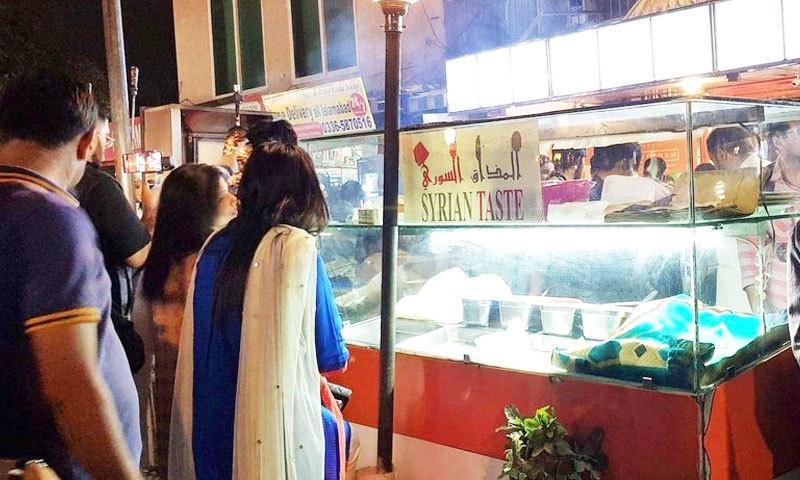 ابو عامر کے کھانے نہ صرف مرد بلکہ خواتین میں بھی مقبول ہیں—فوٹو: ثنا جمال/ گلف نیوز