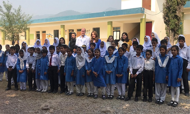 Prince William and Kate Middleton with students of Government Girls High School in Islamabad.