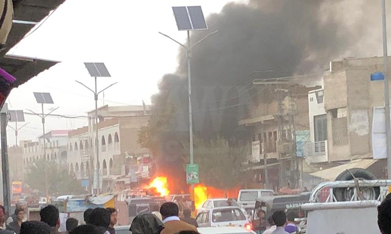 دھماکے کے زخمیوں کو ہسپتال منتقل کر دیا گیا — فوٹو: ڈان نیوز