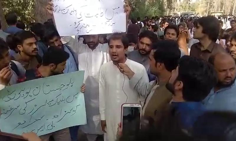 یونیورسٹی کے طالب علموں نے عہدیداران پر دباؤ ڈالنے اور ملزمان کو سزا دینے کے لیے کیمپس کے اندر کی جانب مارچ کیا۔ — فوٹو: ڈان نیوز
