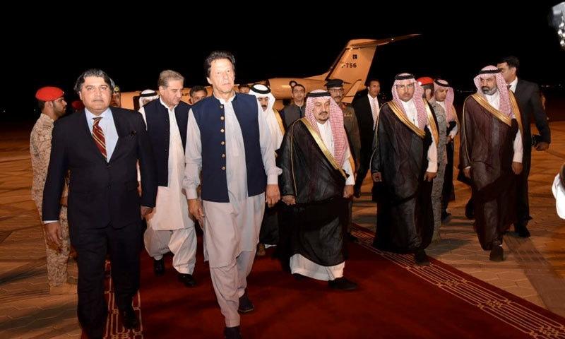 وزیر خارجہ اور معاون خصوصی برائے سمندر پار پاکستانی عمران خان کے ہمراہ ہیں — فوٹو: نوید صدیقی