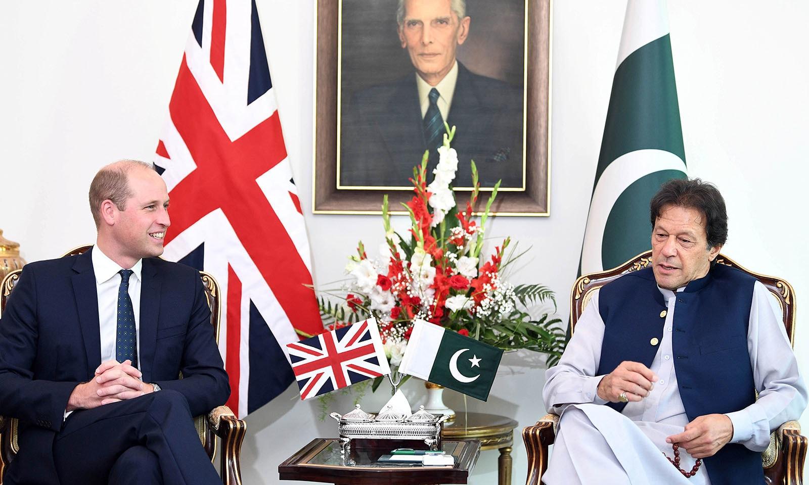 شہزادہ ولیم نے وزیر اعظم عمران خان سے ملاقات کی — فوٹو: رائٹرز