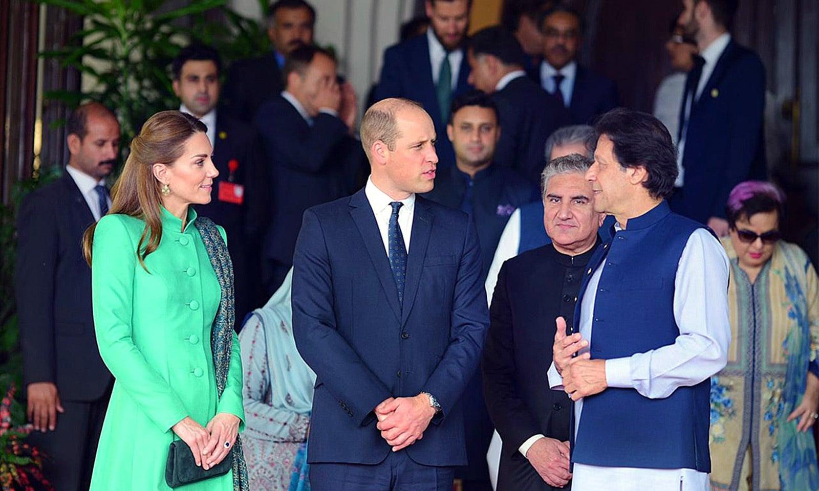 وزیر اعظم ہاؤس آمد پر عمران خان نے شاہی جوڑے کا استقبال کیا — فوٹو: اے پی پی