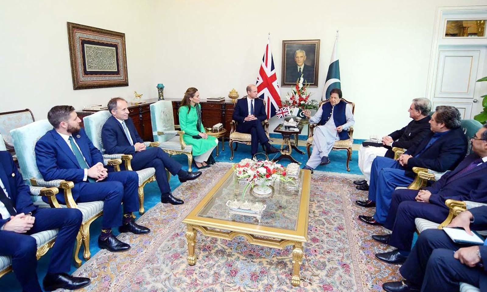 وزیراعظم ہاؤس آمد کے موقع پر شہزادہ ولیم نے عمران خان کی جانب سے دیے گئے ظہرانے میں بھی شرکت کی۔ — فوٹو: اے پی پی