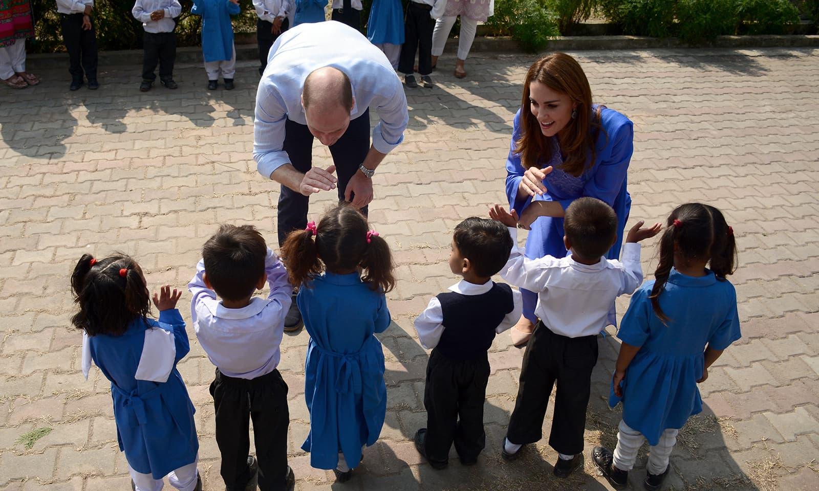 برطانوی شہزادے اور ان کی اہلیہ نے گورنمنٹ گرلز ہائی اسکول اسلام آباد کا دورہ کیا — فوٹو: اے پی پی
