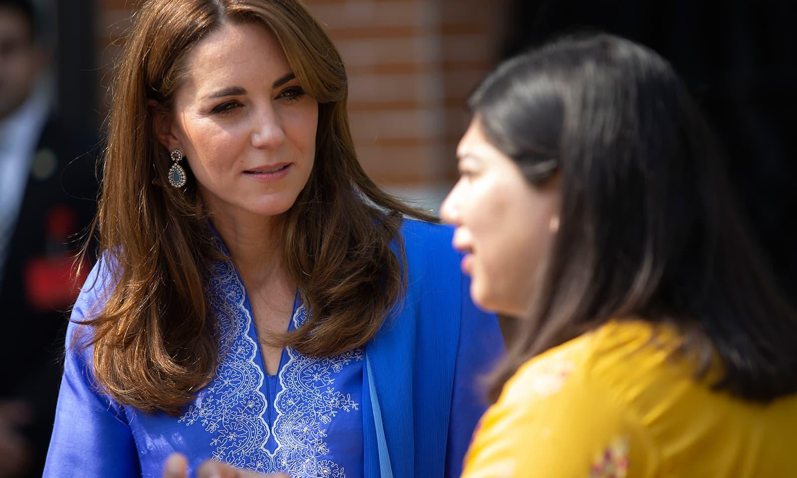 شاہی جوڑے کو اسکول کی اساتذہ نے بریفنگ دی — فوٹو: اے پی