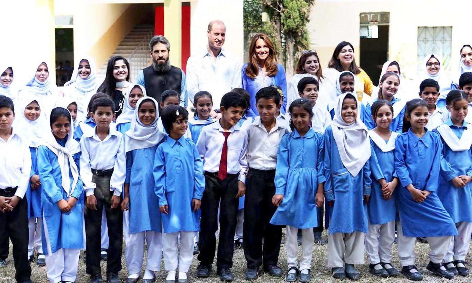 شاہی جوڑے نے اسکول کے بچوں کے ہمراہ گروپ فوٹو بھی بنوائی — فوٹو: اے پی پی