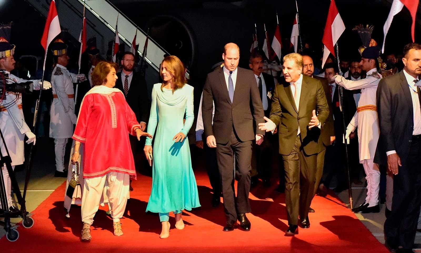 شہزادہ ولیم اپنی اہلیہ کے ہمراہ گزشتہ روز اسلام آباد کے نور خان ایئربیس پر خصوصی طیارے کے ذریعے پاکستان آئے تھے — فوٹو: اے ایف پی