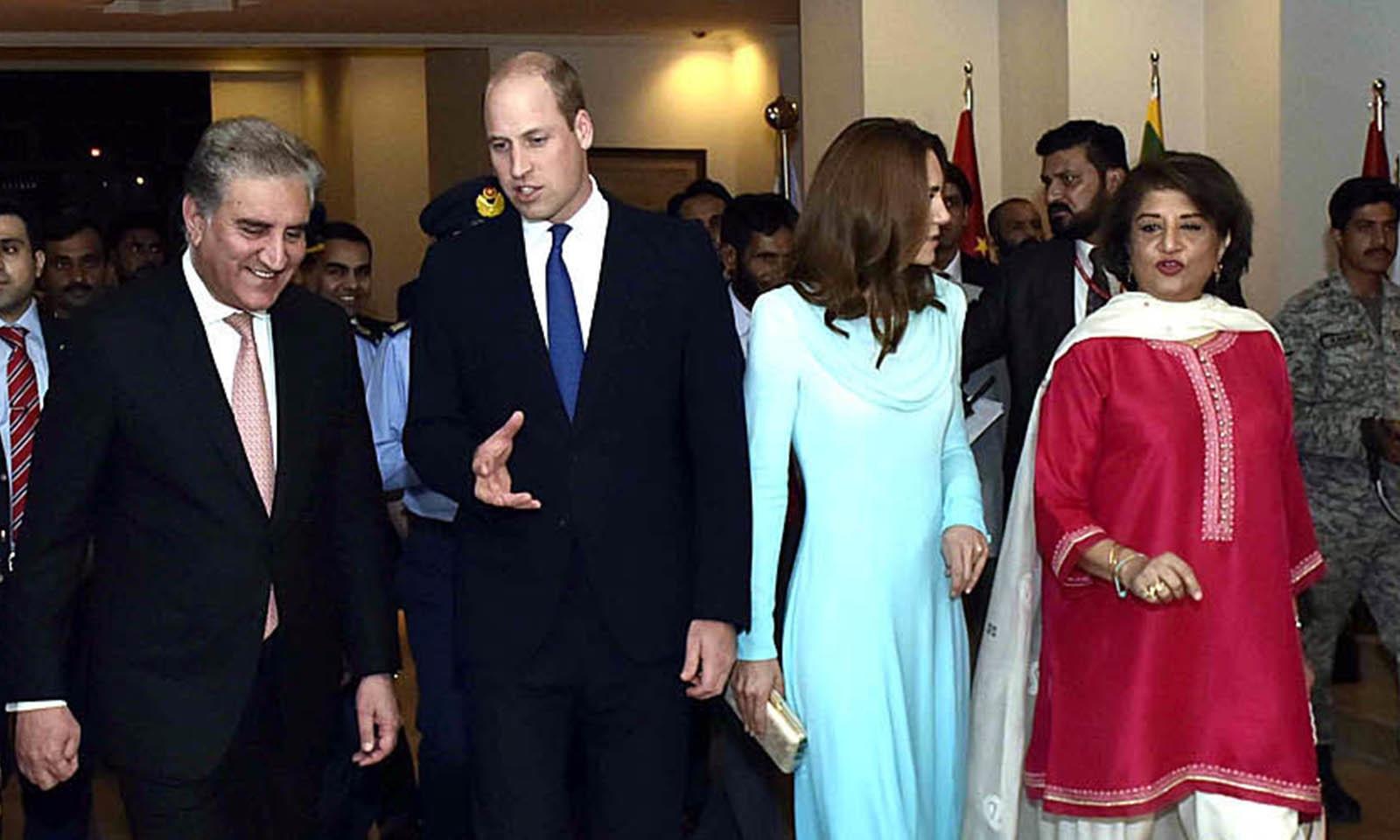 شاہی جوڑے کا ایئرپورٹ پر وزیر خارجہ شاہ محمود قریشی نے استقبال کیا — فوٹو: اے پی پی