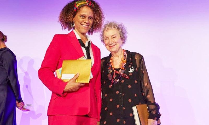 ایوارڈ رقم دونوں خواتین میں تقسیم کی گئی—فوٹو: بکر پرائز فاؤنڈیشن