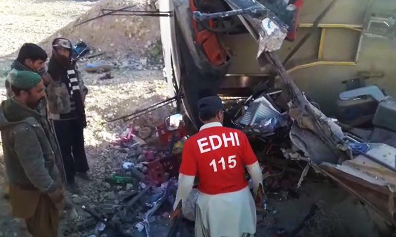 مسافر کوچ پشاور سے بونی جاری رہی تھی—فائل فوٹو: ڈان نیوز