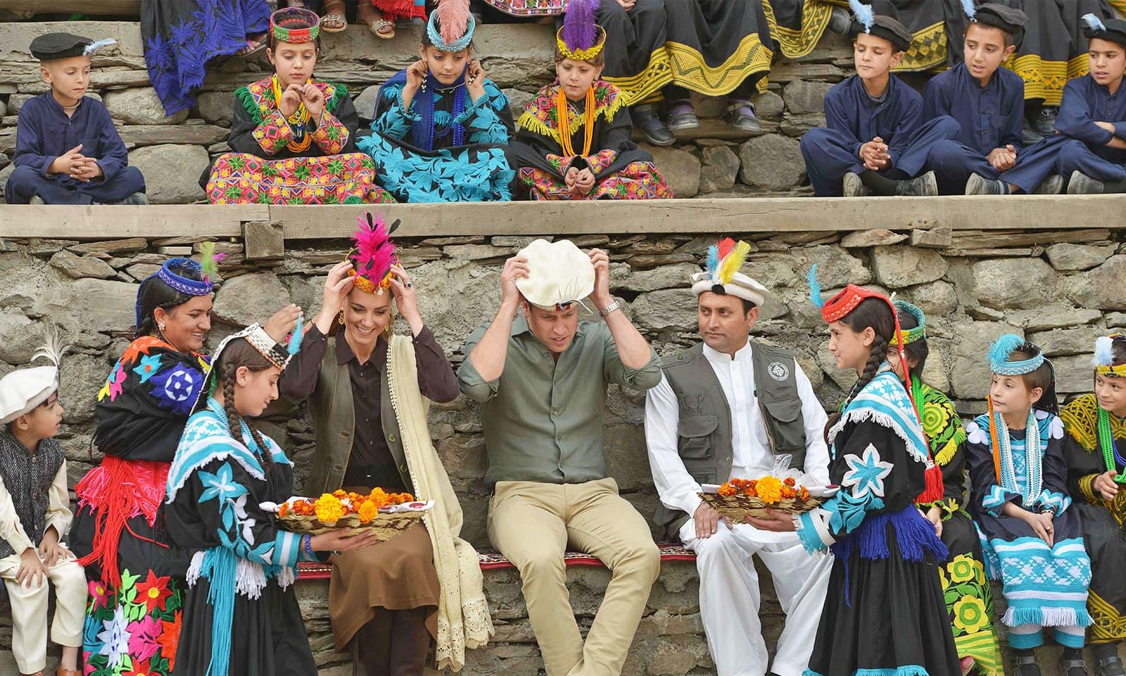 چترال کے دورے کے دوران بھی شاہی جوڑا کیلاش قبیلے کے افراد میں گھل مل گیا—فوٹو: اے ایف پی