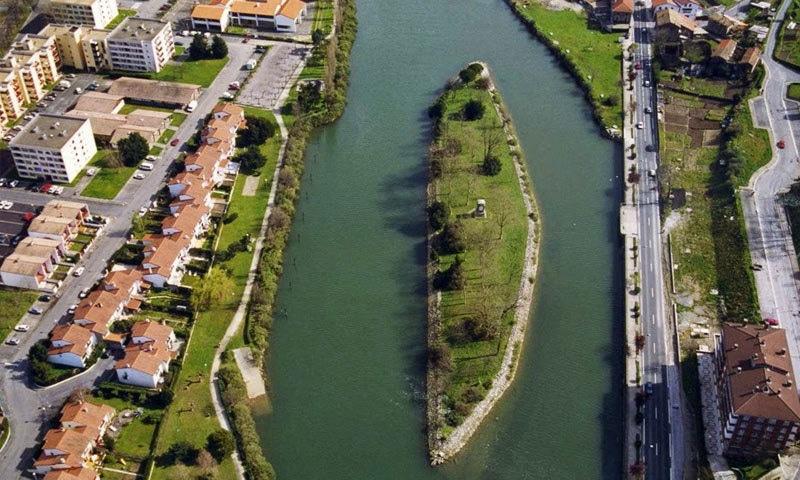 دریا کے دامن میں موجود آئی لینڈ پر پہنچنے کے لیے بنائے گئے پل بھی دونوں ممالک نے مشترکہ طور پر بنائے—اسکرین شاٹ/ یوٹیوب