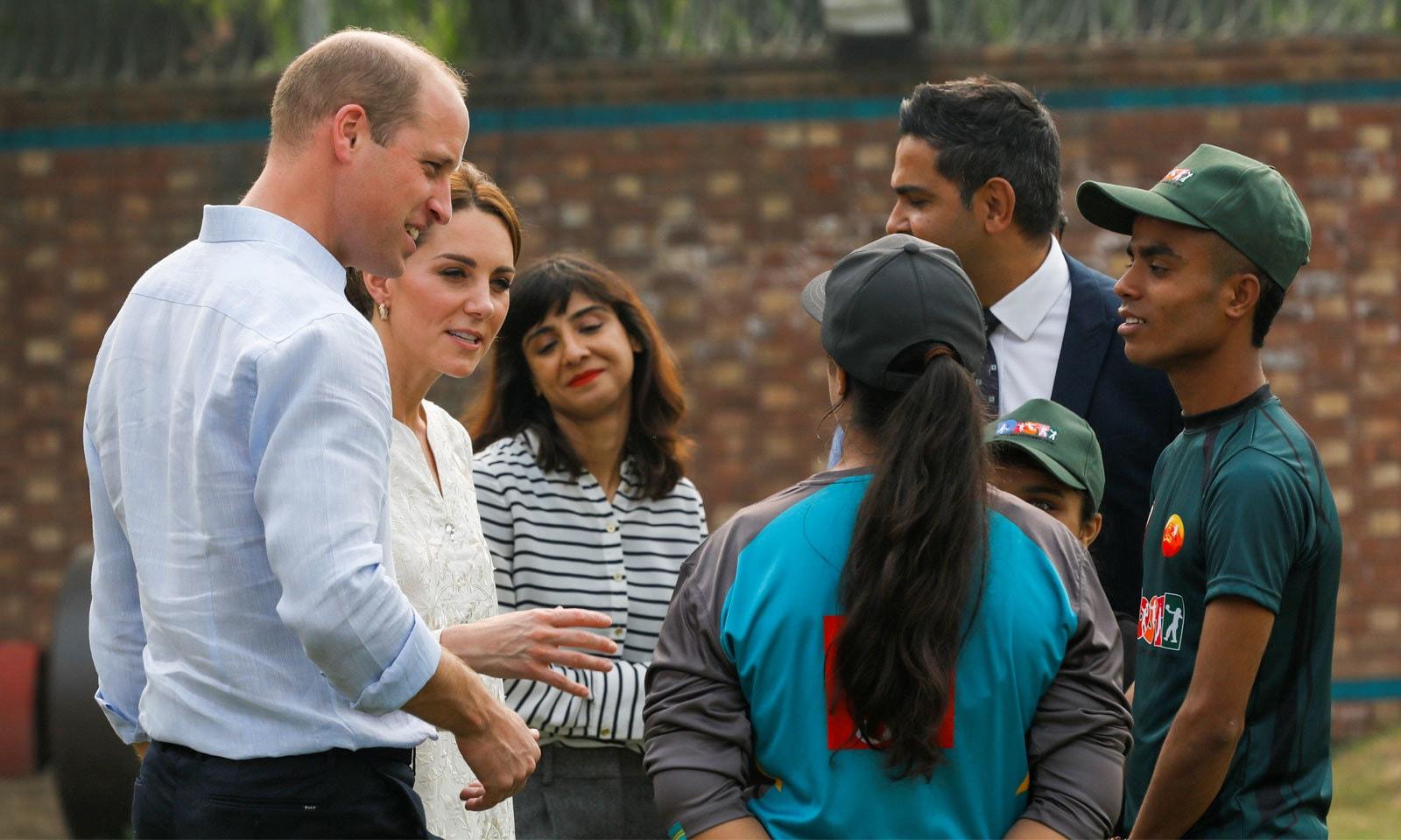 برطانوی شہزادی کیٹ مڈلٹن قومی ٹیم کی سابق کپتان ثنا میر سے گفتگو کر رہی ہیں— فوٹو: رائٹرز