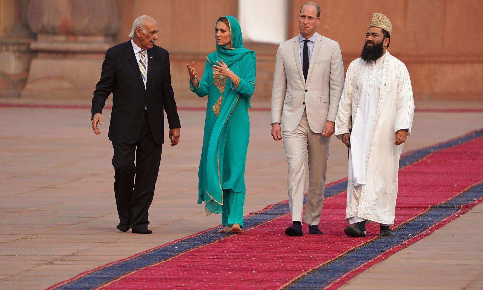 برطانوی شہزادے اور ان کی اہلیہ کو تاریخی بادشاہی مسجد کے دورے کے دوران تفصیلات بتائی جا رہی ہیں— فوٹو: رائٹرز