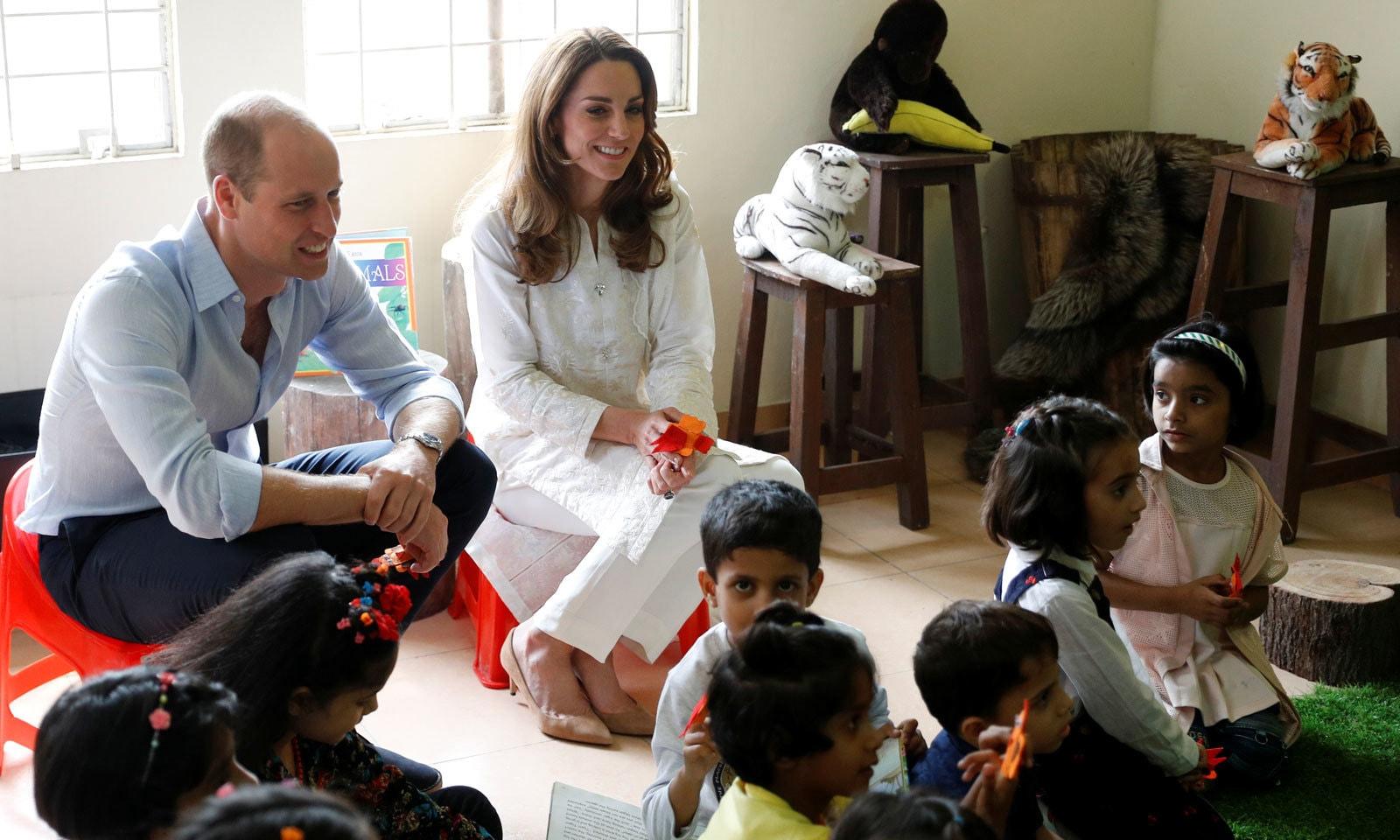 ایس او ایس ولیج کے دورے کے دوران شہزادہ ولیم اور ان کی اہلیہ بچوں کے ساتھ گھل مل گئے— فوٹو: رائٹرز